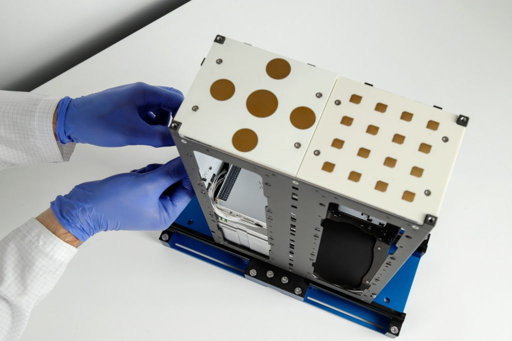 cubesat-s-band-x-band-unf-antennas-images-endurosat-02